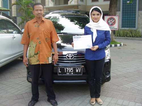 Tina Talisa dan sopir Sewa Mobil Surabaya. dokumen Fortune RentCar